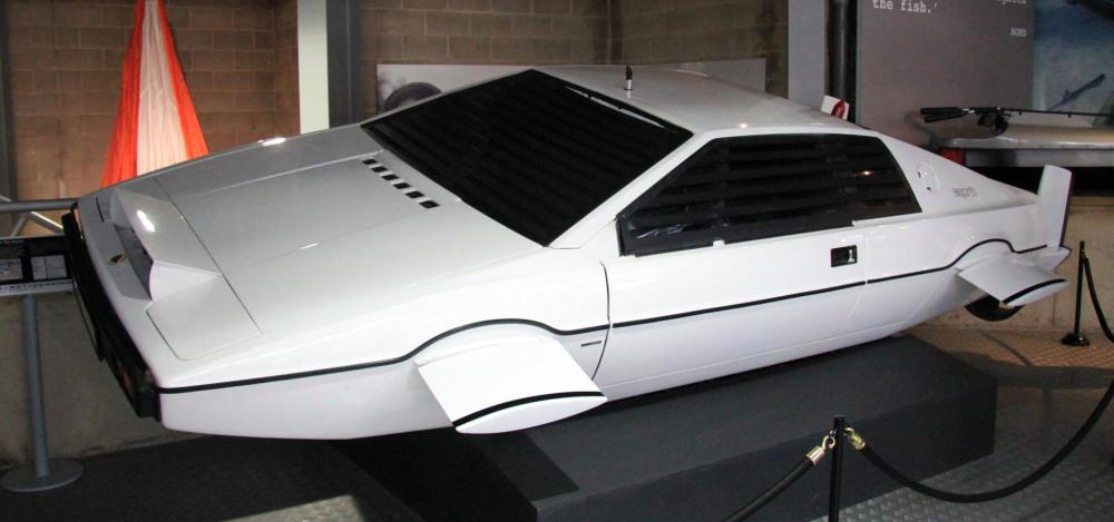 Lotus_Esprit_The_Spy_Who_Loved_Me_left-front_National_Motor_Museum_Beaulieu.jpg
